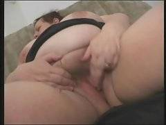 This horny old tart knows how to give sex pleasure to herself.