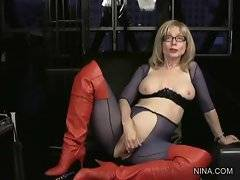 Mature blonde lesbian Nina remembers good old times.