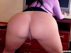 Alexa Pierce is teasing you by bouncing her massive booty.
