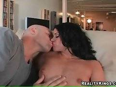 Derrick Pierce knows well how to make sexy girl get wet.